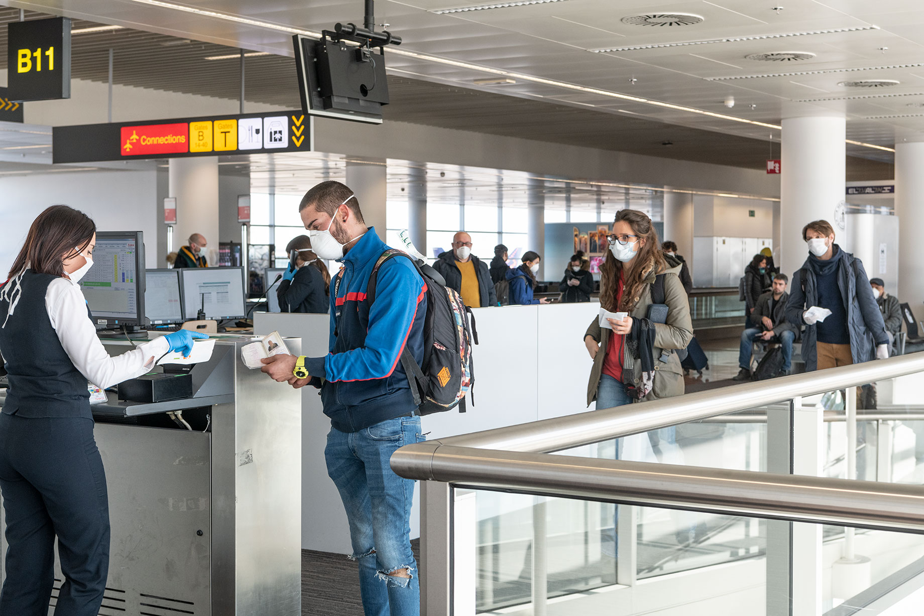 Brussels Airport distributes face masks to passengers and staff